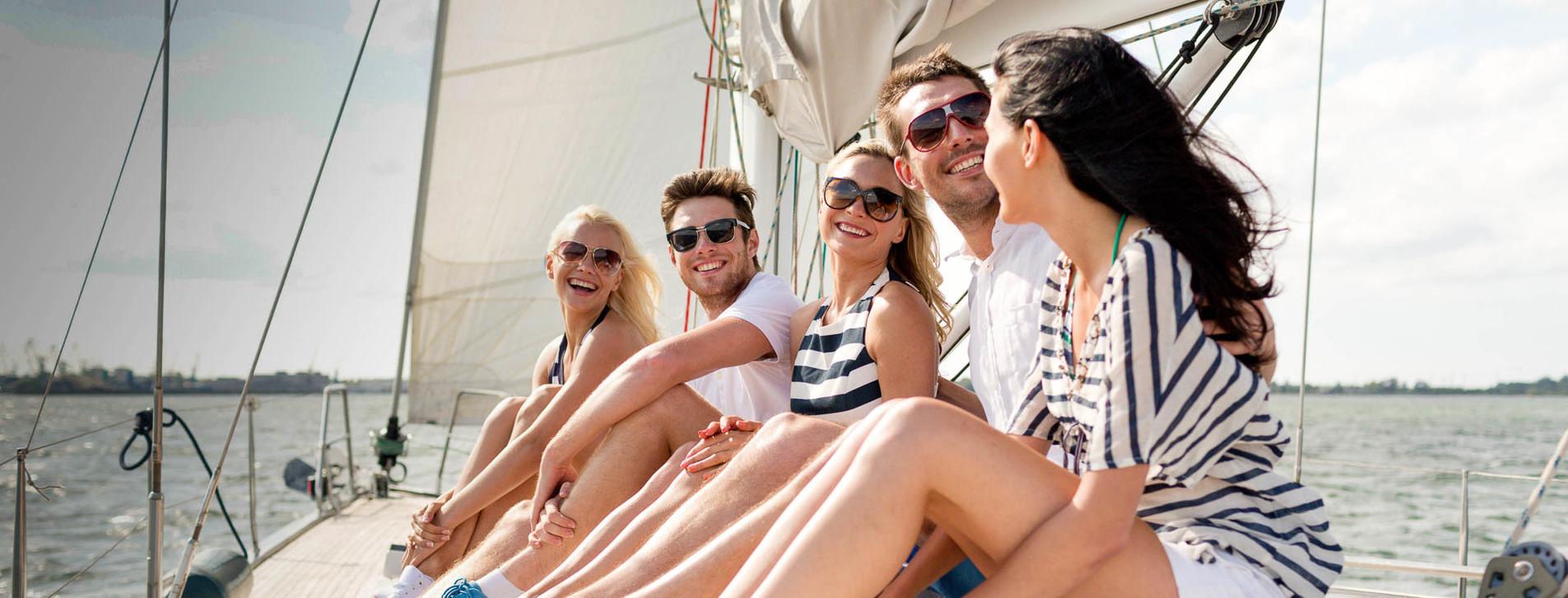 Фото - Велика яхта з друзями